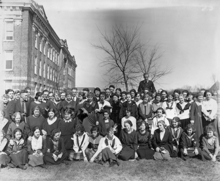Students+at+UWL+circa+1920.+Retrieved+from+UW-System+Archives